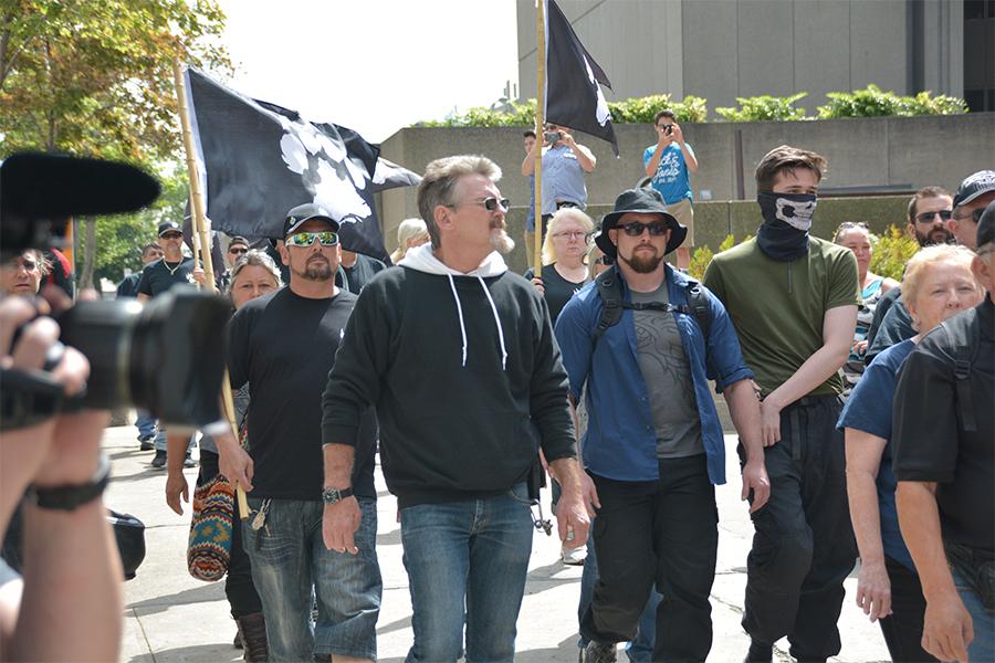 Un membre suprémaciste blanc de La Meute, soi-disant suspendu, était présent à la manifestation de Québec
