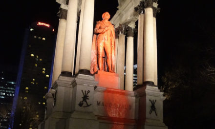 Monument raciste et colonial à John A. Macdonald défiguré à Montréal (avec vidéo et photos)