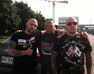 John Young (à gauche), des 211 Boot Boys et de l'entourage d'Offensive Weapon, a plaidé coupable pour voies de fait en juillet 2017, à New York. Ici en compagnie de Raphaël Lévesque.